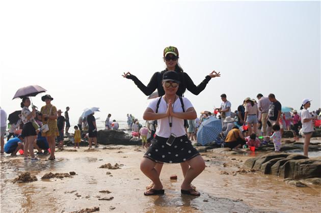 接下来是自由活动时间,在海边上,抓螃蟹,赤脚在海边沙滩上游玩.
